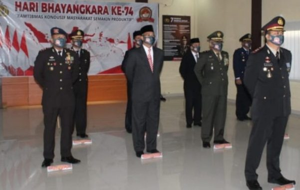 Bupati H Hendra Gunawan melalui Video Conference mengikuti upacara Hari Ulang Tahun Bhayangkara ke-74 tahun 2020. Rabu (01/07/2020) di Gedung Pesat Gatra Polres Mura.