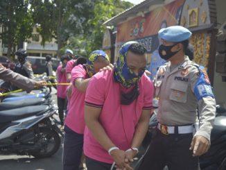 Kedua pelaku,Pak Din (52) dan Pak Haji (46) anggota Lembaga Swadaya Masyarakat - Lembaga Komunitas Pengawas Korupsi (LSM-LKPK) di duga pelaku pemerasan akhirnya berurusan dengan pihak Kepolisian setelah kena Operasi Tangkap Tangan (OTT) oleh Tim Pokja Penindakan Saber Pungli Kabupaten Lombok Timur Provinsi Nusa Tenggara Barat, Selasa (21/07/2020)