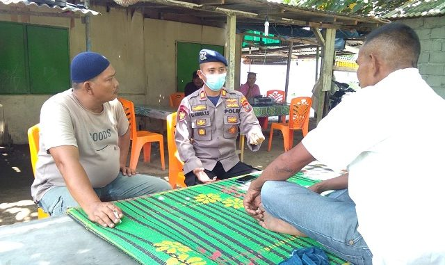Personel Satuan Polisi Perairan & Udara Polres Serdang Bedagai menyambangi Tokoh Masyarakat Nelayan Kecamatan Pantai Cermin, Minggu (05/07/2020)