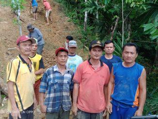 Warga masyarakat Desa Sisarahili Huruna, Kabupaten Nias Selatan, Propinsi Sumatera Utara berpartisipasi bergotongroyong atas kesepakatan bersama agar akses jalan yang mereka tempuh mudah dilalui oleh masyarakat karena sejak dulu sampai sekarang belum tersentuh pembangunan. Senin (20/07/2020).