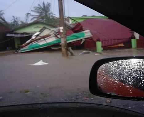 Angin kencang Khamis, (1/7/2020) merusak puluhan rumah warga dan telan korban jiwa