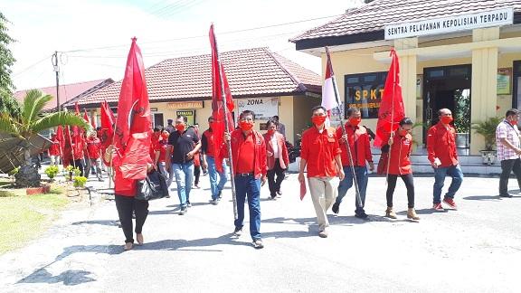 Dewan Pimpinan Cabang Partai Demokrasi Indonesia Perjuangan Kabupaten Toba datangi Polres Toba Kamis, (02/07/2020)