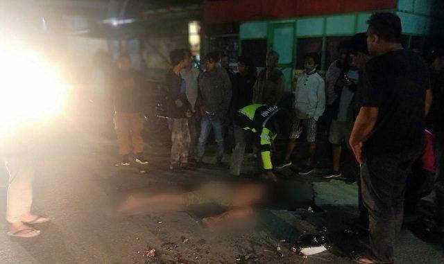 LOWIS Vernando Gultom (25) warga Desa Buttu Pasir Kelurahan Parapat Kecamatan Girsang Simpangan Bolon Kabupaten Simalungun Provinsi Sumatera Utara, tewas di tempat setelah mengalami kecelakaan, Selasa malam (21/07/2020) sekira pukul 23.40 WIB.
