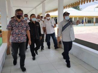 Ahmad Hadian saat kunjungan kerja (Kunker) di Posko Gugus Tugas Percepatan Penanganan (GTPP) Covid-19 Kabupaten Batu Bara, Kecamatan Lima Puluh, Kamis, (02/07/2020).