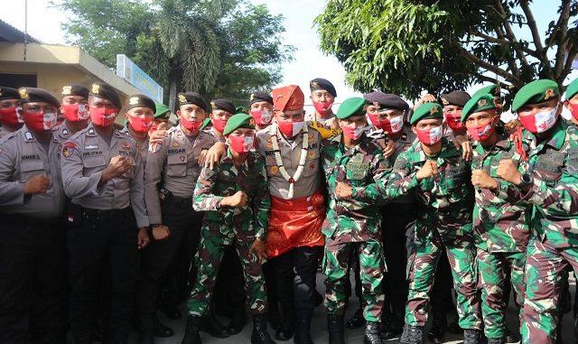 Kapoldasu bersama personil Polres Sergai dan Batalyon 122 Rimba Raya bersama-sama menyanyikan yel-yel kekompakan antara Polri dan TNI.
