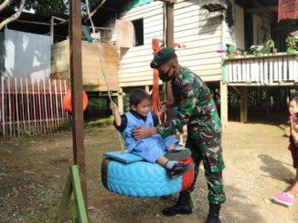 Satgas Yonif R 200/BN manfaatkan limbah ban bekas untuk membuat taman bermain bagi anak-anak perbatasan di Kampung Batu Majang Kecamatan Long Bagun Kabupaten Mahakam Ulu, Kalimantan Timur.