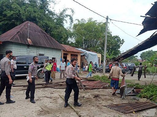 Polres Tobasa kerja bakti bersama masyarakat pasca bencana angin puting beliung di Kabupaten Toba