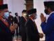 Presiden saat memberikan ucapan selamat kepada penerima Tanda Kehormatan Republik Indonesia, di Istana Negara, Provinsi DKI Jakarta, Kamis (13/8). (Foto: Humas/Jay)