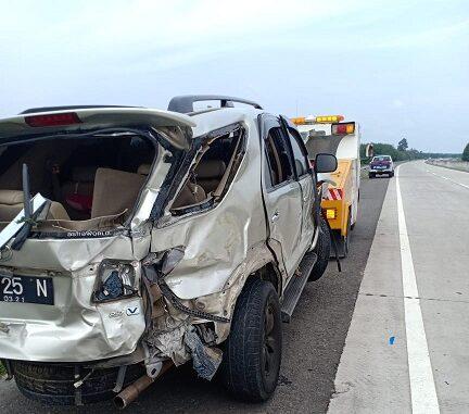 Insiden kecelakaan tunggal mobil Toyota Fortuner Nopol BK-25-N terjadi Jalan Tol Medan - Teluk Mengkudu Km. 67.200 tepatnya di Kec. Teluk Mengkudu Kab. Serdang Bedagai, Sabtu (8/8/ 2020)