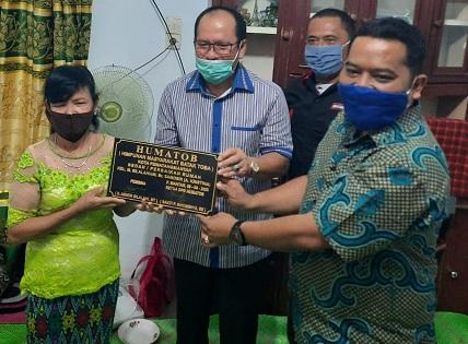 Minggu (9/8/2020), peresmian bedah rumah tersebut ditandai penandatanganan prasasti oleh Bacalon Walikota Pematangsiantar Ir.Asner Silalahi dan Ketua Umum HUMATOB Sakti Sihombing.