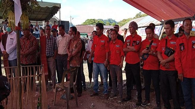 Ketua DPC Pemuda Batak Bersatu (PBB) Kabupaten Samosir Roland MR Sitanggang beserta Seluruh Anggota hadiri acara pemakaman Fianus Simbolon (58) Minggu (9/8/2020).