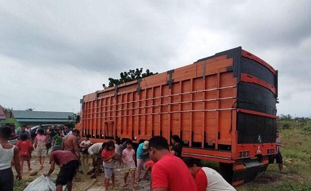Terlihat warga memadati lokasi truk bermuatan kelapa