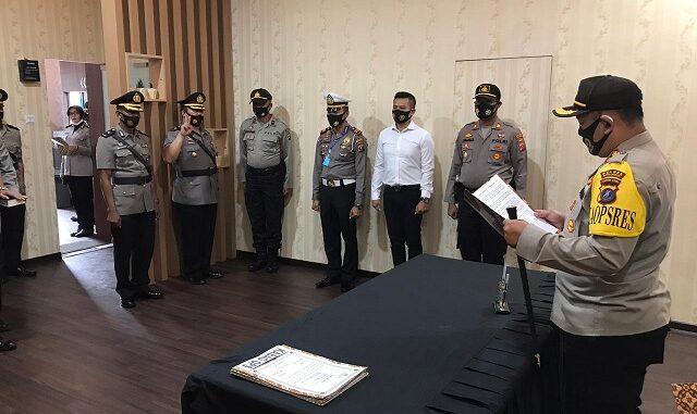 KAPOLRES Simalungun AKBP Agus Waluyo SIK pimpin serah terima jabatan (sertijab) dua Kabag dan lima kapolsek di Kantor SATPAS Sat Lantas Polres Simalungun, Jumat (28/8).