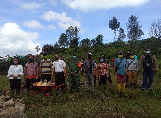 Peletakan batu pertama Desa Ombur Dusun 1 saluran drainase + Tpt Desa Ombur Kecamatan Silaen Kabupaten Toba, Kamis (27/08/2020) sekira pukul 10.00 Wib