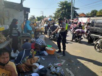 Polsek Praya Barat Razia Masker di Pasar Tradisional Desa Penujak