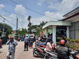 Antusias warga di halaman kantor Disperindag Kota Pematangsiantar, Senin (31/8/2020)
