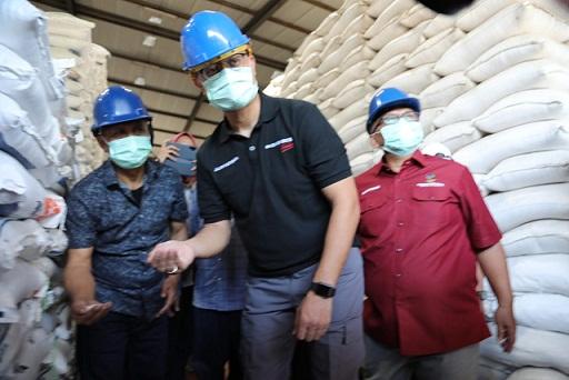 Menteri Sosial Juliari P. Batubara mengecek kondisi Gudang Bulog di Cimindi, Kabupaten Cimahi, Jawa Barat