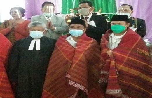 Ephorus Pdt. Dr. Darwin Lumban Tobing menyematkan Ulos( Diulosi) kepada Wakil Bupati Sergai H Darma Wijaya dan H Adlin Tambunan.