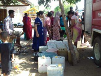 Babinsa Woro Koramil 02/Bolo Kodim Kodim 1608/Bima, Koptu Heriyanto menyumbang sekaligus mendampingi warga binaan dalam pengedropan air bersih di Dusun Rasabou, Desa Woro, Kecamatan Madapangga, Kabupaten Bima. jumat Pagi (23/10/20).