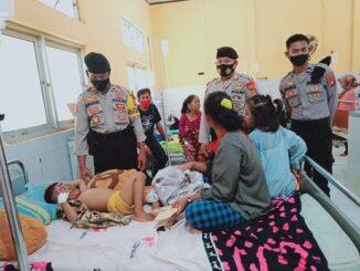 Jama'ah masjid Miftahul Jannah Polres Dompu memberikan santunan kepada balita yang menderita luka bakar di sekujur tubuhnya Sebastia (4 tahun)