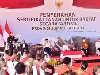 Presiden RI Joko Widodo menyerahkan 22.007 sertifikat hak atas tanah untuk rakyat, di Stadion Simangaronsang Doloksanggul, pada hari Selasa (27/10) siang, sebagai bagian dari rangkaian kegiatannya di Sumatera Utara.