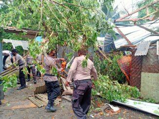 Angin puting beliung, yang menyapu Dusun Induk, Desa Taman Ayu, Kec. Gerung, Kab. Lobar, mengakibatkan sejumlah kerusakan dan korban luka, Sabtu (10/10).