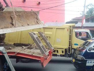 Tampak truk pengangkut alat berat melintas di Jalan Kartini - Pematangsiantar, Jumat (9/10/2020)