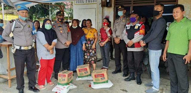 Kapolsek Serbelawan IPTU Abdullah Yunus Siregar datang menemui korban untuk menyalurkan bantuan untuk korban kebakaran, Jumat (06/11/2020) pagi.