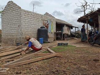 Amaq Bengkok bersama keluarga membongkar rumahnya, hijrah ke Dusun Petiwung, Desa Kuta, tidak jauh dari area KEK Mandalika.