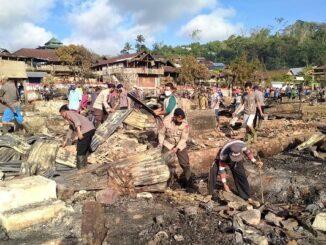 Personel Sat Brimob Polda NTB bersama Tim Tanggap Bencana membantu warga Desa Batu Rotok Sumbawa membersihkan puing-puing sisa kebakaran, Senin(09/11/2020).