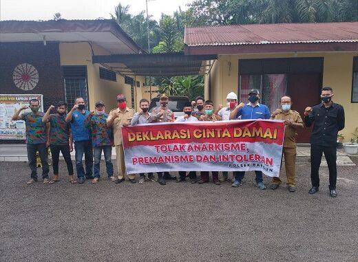 KAPOLRES Simalungun AKBP Agus Waluyo SIK bersama elemen masyarakat Kelurahan Bangun mendeklerasikan 'Cinta Damai', Selasa ( 03/11/2020 )