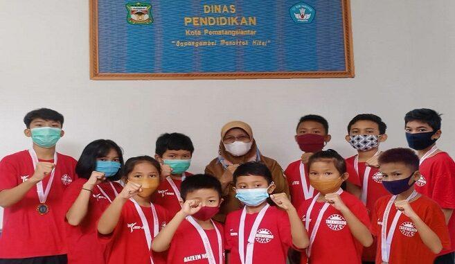 Team RTA saat bertemu dengan Kadis Pendidikan Rosmayana di Kantornya Jalan Siatas Baria- Siantar, Senin(23/11/2020)