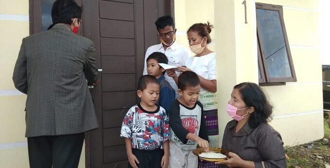 Calon Bupati Simalungun RHS memberikan rumah kepada Tuah Ben Lihardo Saragih (46), putra bungsu almarhum St Absalom Kasianus Saragih Simarmata