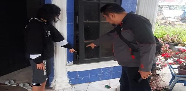 """Diduga pelaku masuk ke dalam rumah melalui pintu depan dengan cara memasukkan tangan melalui jendela dekat pintu lalu mengambil kunci yang tergantung di bagian dalam pintu rumah"