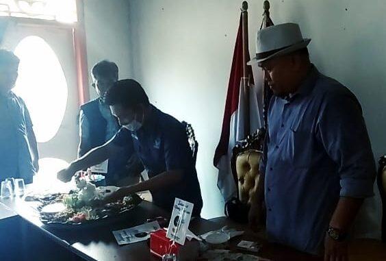 Pemotongan nasi tumpeng, mewarnai hari jadinya Dewan Pimpinan Daerah (DPD) Partai Nasional Demokrasi (Nasdem) Way Kanan, yang ke 9 tahun.