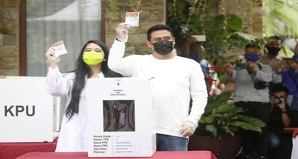Boby Nasution bersama istri mencoblos di TPS 022 Komplek Tasbih I