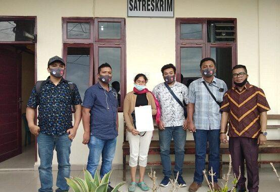Ket foto; Lembaga Perlindungan anak Kabupaten Karo mendampingi ibu korban membuat laporan aksi kekersan terhadap anak ke kantor polisi kab Karo. foto terkelin bukit
