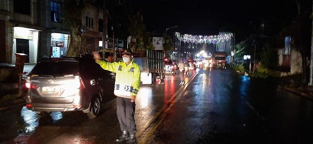 Polsek Siantar Martoba Polres Pematang Siantar dari pukul 17.30 WIB hingga malam pukul 20.30 WIB di pimpin Kapolsek IPTU Amir Mahmud SH terus bekerja keras mengurai kemacetan