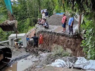 Ket foto,: jalan yang terputus karena longsor di kerjakandengan alat berat pemasangan gorong gorong , foto terkelin bukit