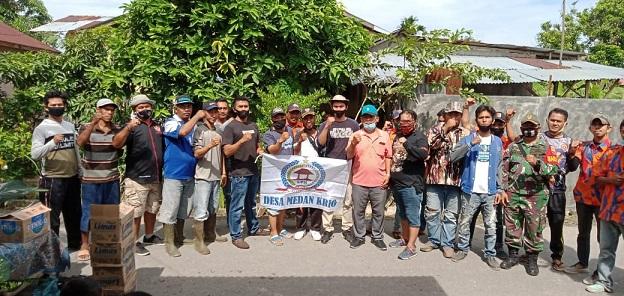 Kegiatan gotong royong di Dusun lll, Desa Medan Krio, Sumatera Utara. Minggu (13/12/2020)