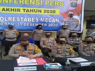 Kapolrestabes Medan Kombes Pol Riko Sunarko, S.H., S.I.K., M.Si, Kamis (31/12/20) memimpin konferensi pers akhir tahun 2020 Polrestabes Medan di Lapangan Apel Polrestabes Medan.