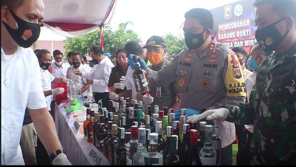 Kepolsian Daerah Nusa Tenggara Barat menggelar acara Pemusnahan barang bukti Narkoba dan Miras serentak dilaksanakan di seluruh jajaran Kepolisian Daerah Nusa Tenggara Barat, Rabu (2/12/2020)