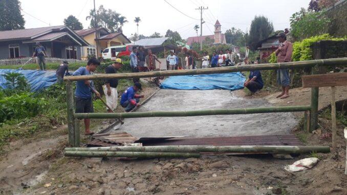 Aksi protes dan swadaya membangun jalan, oleh warga Panombeian Huta Urung, Kecamatan Jorlang Hataran Kabupaten Simalungun Sumut