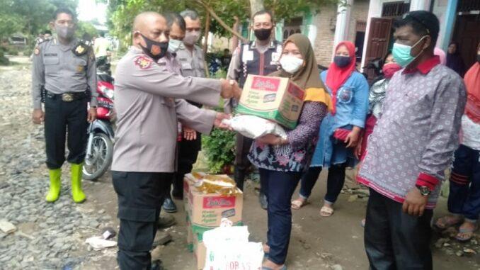 Polsek Serbelawan Salurkan Bantuan Bahan Pangan Kepada Korban Banjir di Sinaksak Kamis (03/12/2020)
