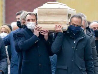 Para mantan rekan di Timnas Italia mengusung peti jenazah mantan bintang sepak bola Paolo Rossi di Vicenza, Sabtu (12/12/2020). (Foto: AP)