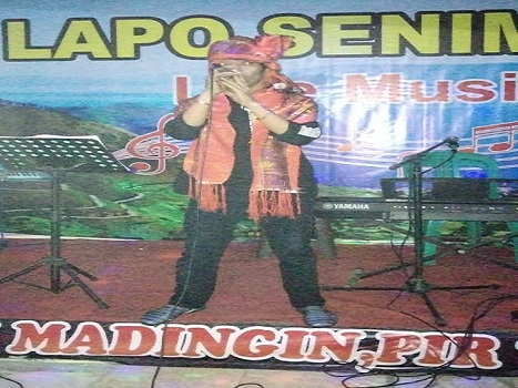 Ketua Umum Persatuan Seniman Batak Bekasi Fissa Manurung di Bescem PSBB Lapo Seniman Cibitung usai latihan Persiapan, Senin /21/12/2020.