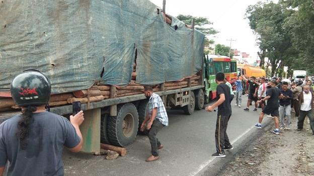 Warga bersama TNI mencoba menolong korban kecelakaan