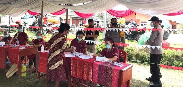 Wakapolres Toba KOMPOL Janner Panjaitan SH, MH Cek Langsung Pengamanan PAM dan Beri Himbauan Prokes di TPS, Rabu (09/12/2020)