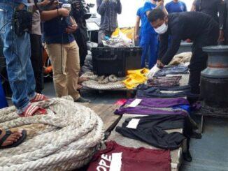 Petugas memeriksa barang diduga milik penumpang dan pramugari pesawat Sriwijaya Air yang ditemukan (Photo Antara)
