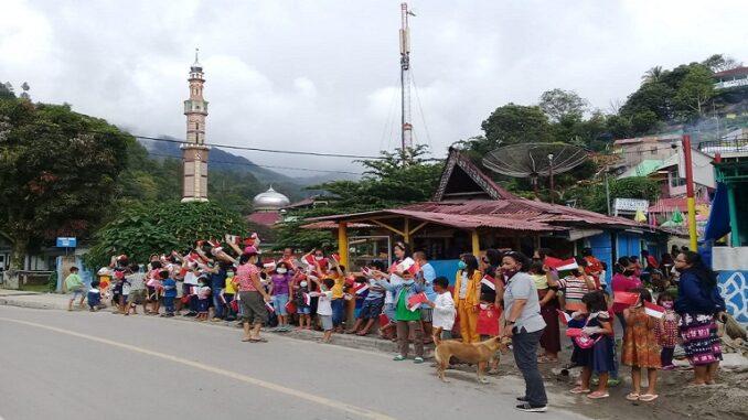 Antusias warga Parapat mulai dari anak-anak sampai dewasa berharap agar kedatangan Menlu China ini membawa angin segar Pariwasata di Danau Toba